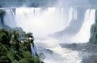 イグアスの滝の中でも、落差80mの悪魔の喉笛は必見。
