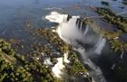 上空から見たイグアスの滝、日常では見れない不思議な光景です。