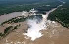 ヘリコプターから見下ろすイグアスの滝も格別です。