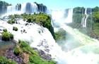 水しぶきの上がるイグアスの滝、運が良ければ虹が見られます。