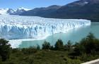 ロスグラシアレス国立公園では壮大なペリトモレノ氷河が見られます。