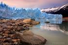 水面に映るペリトモレノ氷河はパタゴニア代表の観光地です。