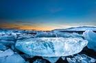 ヨークルスアゥルロゥン湖にて氷河ツアー