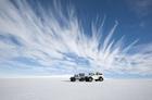 巨大な氷河を4WD車で駆け抜ける!
