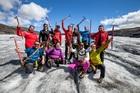 一緒に参加した仲間と氷河で祈念撮影