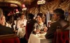 コロニアルトラムカーレストランを楽しむ乗客