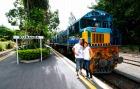 カラフルで可愛いキュランダ列車と記念撮影