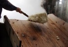 蒸したお米を作業台へ
