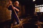 昔ながらの手造り焼酎の仕込みの様子を間近で見学できます。
