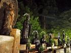 第3の橋の入口に並ぶ仏様に水をかけて祈ります