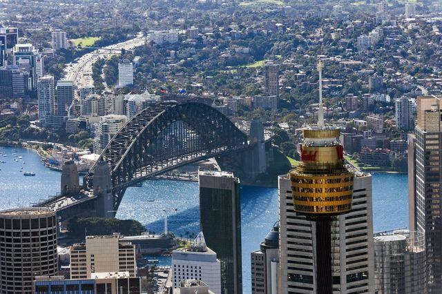 シドニータワーとハーバーブリッジ