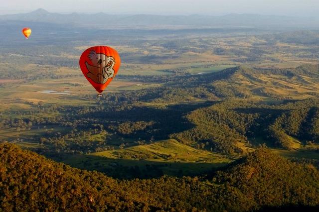 空に舞う熱気球