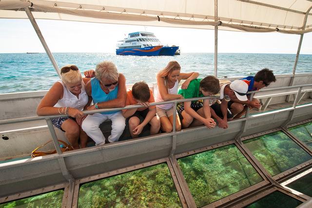ガラスの床から魚や珊瑚をじっくり観察できますよ