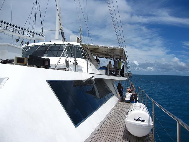 揺れの少ない快適なカタマラン船