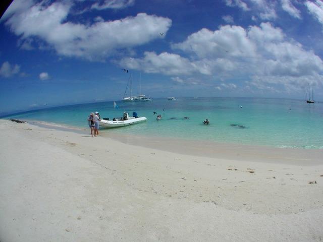 真っ白な砂浜とエメラルドグリーンの海が広がります