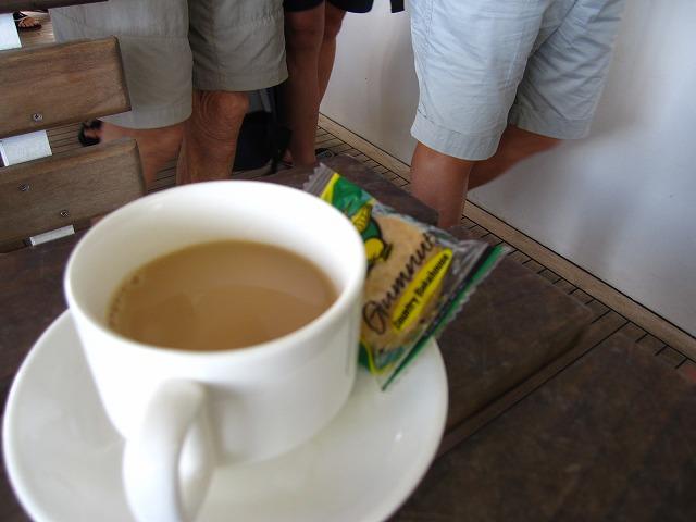 出向前にコーヒー、紅茶、マフィンやクッキーでひと息