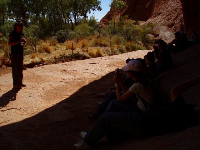 岩肌を近くから観察する麓めぐり