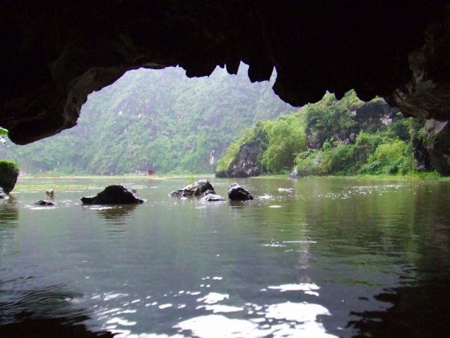 3つの石灰岩鍾乳洞をくぐりながら見学!