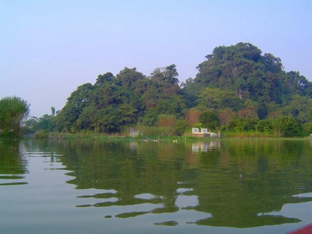 小船に乗って水墨画のような景色を下ります。