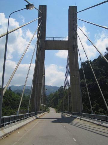 南北を分断していた橋