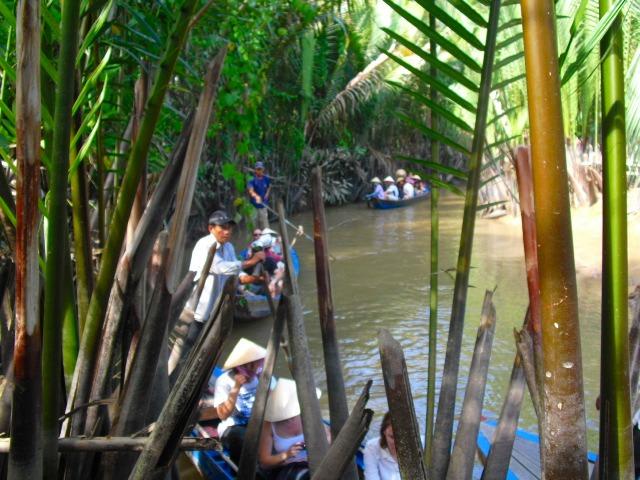 手漕ぎボートでメコン川を進みます