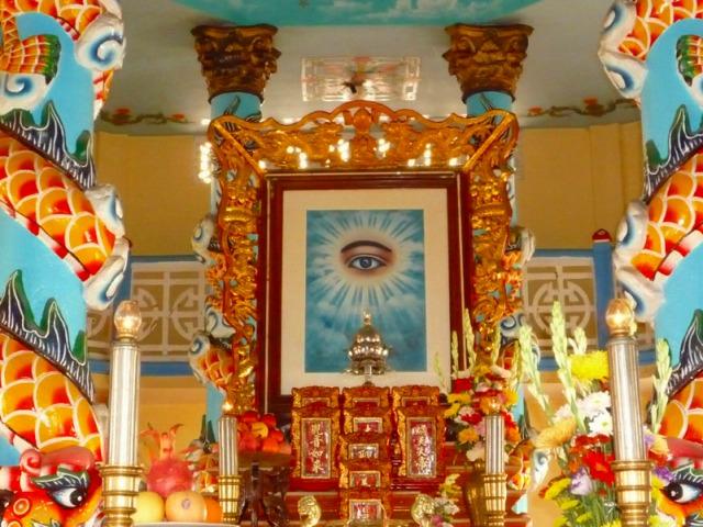 カオダイ教寺院で礼拝見学ができます。