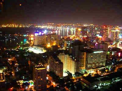 高層ビルのバーで綺麗な夜景を。