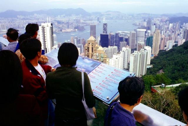 高層ビルの立ち並ぶ街並みを一望