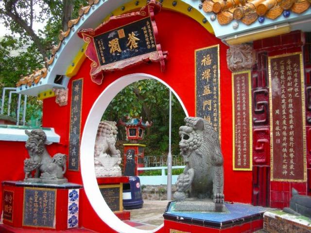 香港らしい、カラフルな廟