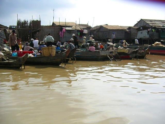 トンレサップ湖の水上集落