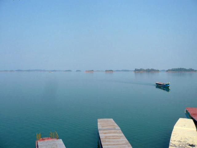ダム湖でボートに乗り島をめぐる
