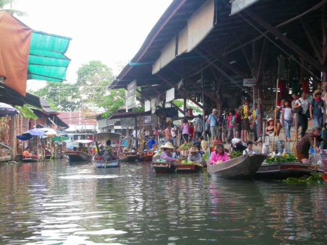 水上市場は一種独特の文化ですね