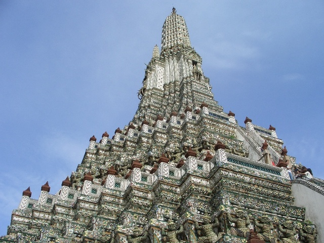 下から見上げた暁のお寺