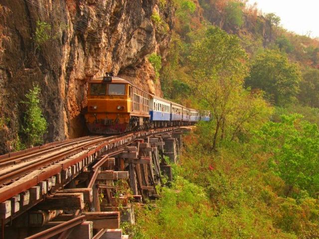 崖と谷に挟まれ、列車が進みます