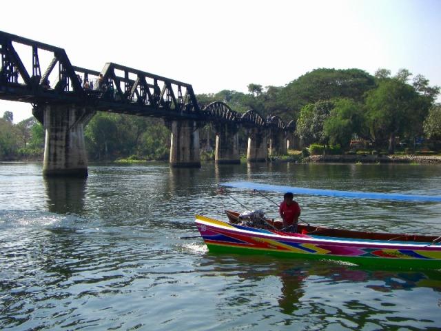 ボート乗船して下からの橋の見学