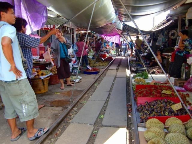 市場の中を歩くと確かにレールが!