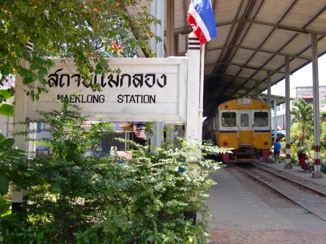 メークロンの駅に列車が到着しました