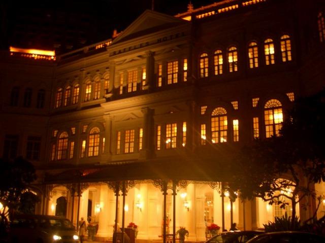 ライトアップされたラッフルズホテル
