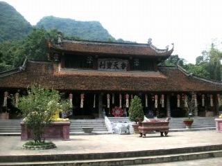 香寺に登る前にはふもとのティエンチュー寺を参拝します