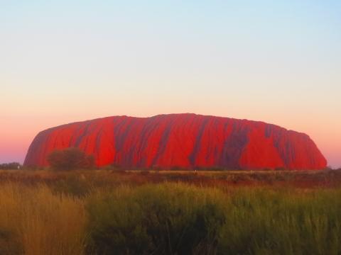 真っ赤に染まるウルルの岩肌