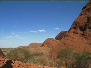 空とのコントラストがいい赤色の岩