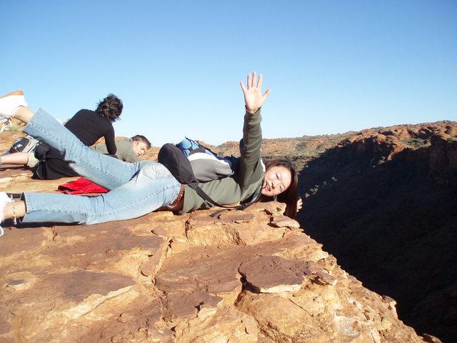 崖の上には柵がない!寝そべる写真が人気です