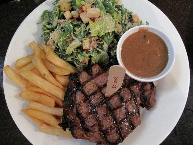 オーストラリアらしいボリューム満点オージービーフとサラダ