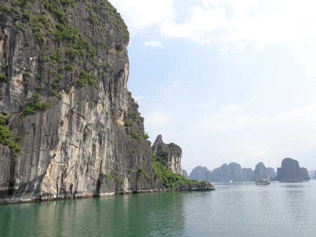 ベトナムの世界遺産ハロン湾を満喫するクルーズです