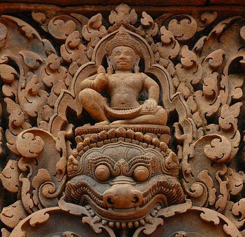 ヒンドゥ神話を描いた彫刻が残っている