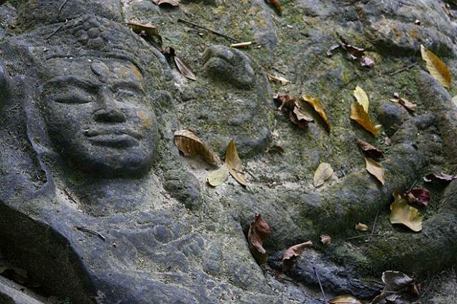 岩陰に掘られた細かい彫刻
