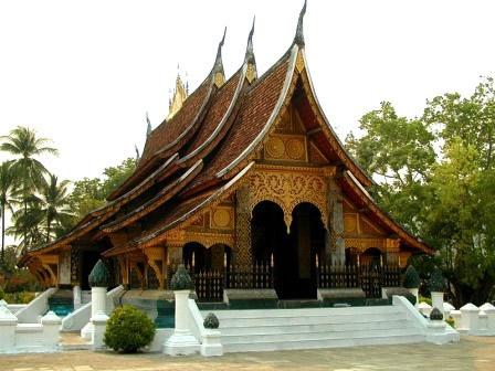 特徴的な形の寺院ワットシエントーン
