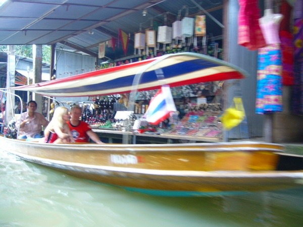 ボートで水上マーケットへ