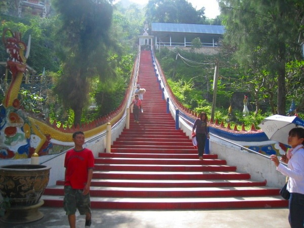 洞窟寺への階段
