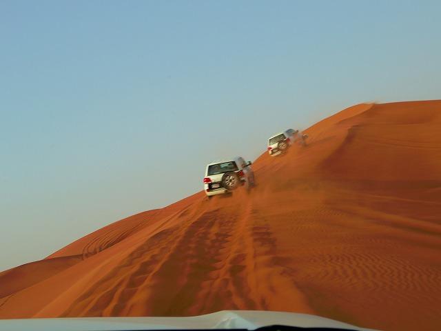 スピード感もスリルも満点の砂漠ドライブ!